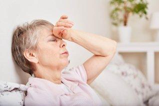 Kranke Seniorin Liegt Erschöpft Im Bett Und Hat Kreislaufprobleme