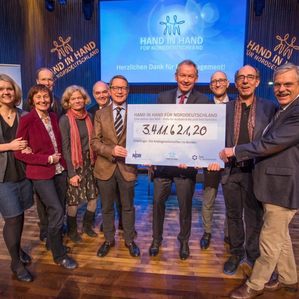 Lutz Marmor (Mitte) und die Vertreterinnen und Vertreter der Krebsgesellschaften _ Verwendung honorarfrei (c)Axel Herzig
