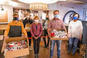Maskenübergabe von Schülerinnen und Schülern in der Junge Bäckerei in Bad Schwartau
