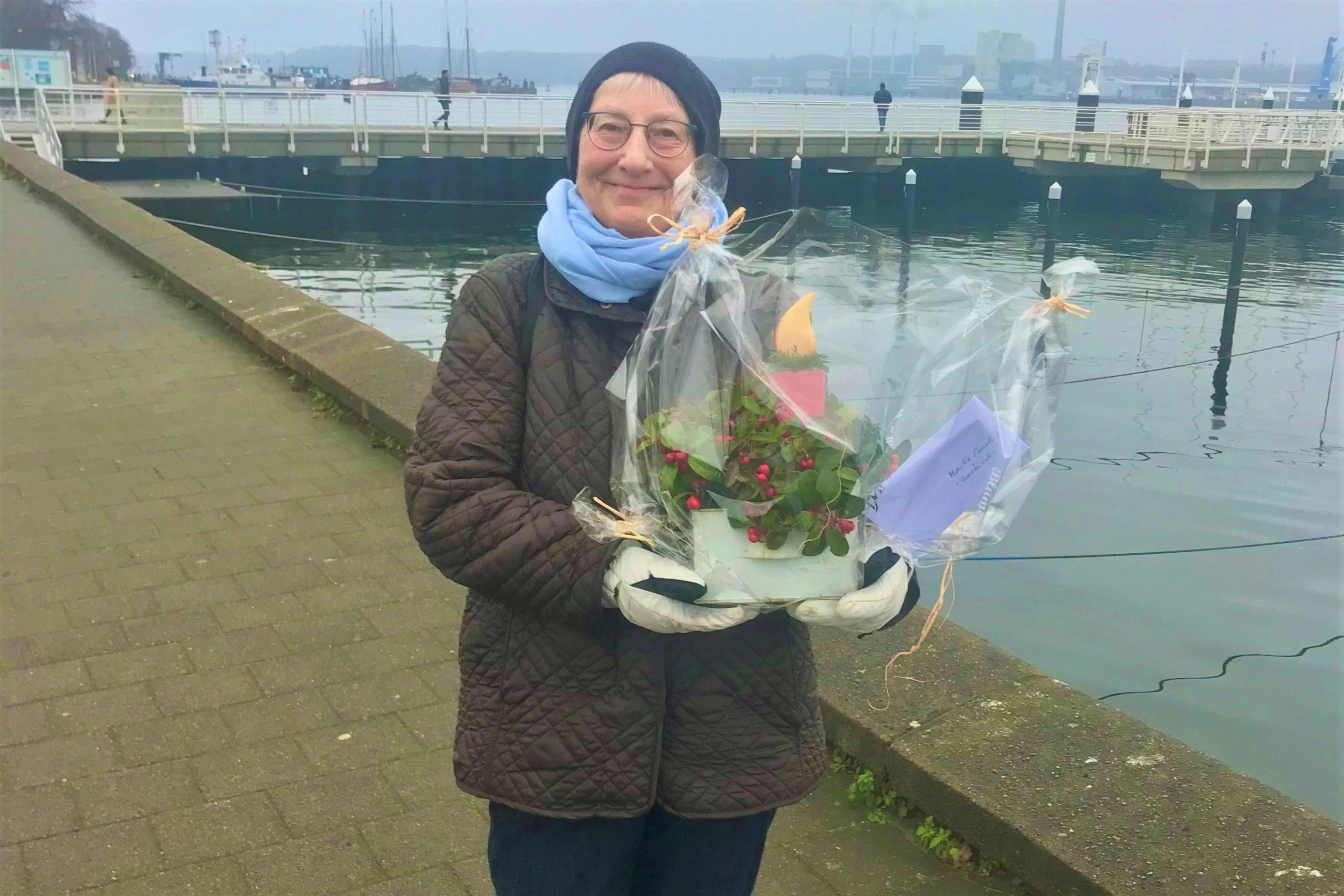 Monika Ermeling Mit Blumengesteck