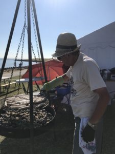 Hans Sievers grillt am Deich bei der Wattolümpiade
