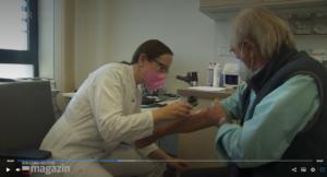 PD Prof. Dr. med Katharina C. Kähler untersucht einen Patienten